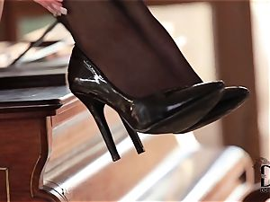 sole fetish stunner teases her feet and flange