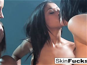 An impressively super-steamy 3some